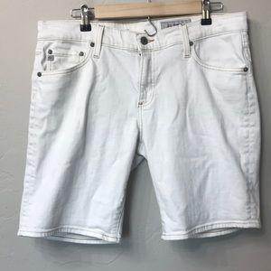 AG the Nikki short size 32R. White. Relaxed skinny